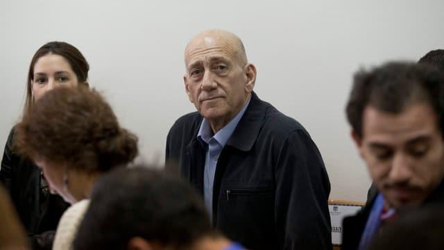 Ehud Olmert in der Mitte mit ernster Mine.