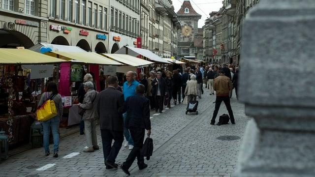 Blick in die gut gefüllte Marktgasse in Bern.