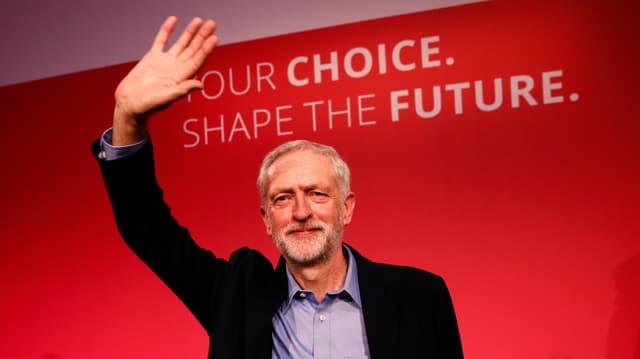 Jeremy Corbyn, il socialist da 66 onns, daventa er il manader da l'opposiziun en il parlament britannic.