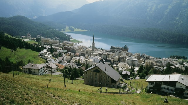 Blick über St. Moritz auf den See.