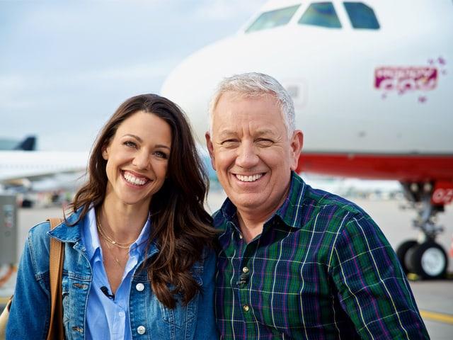 Kiki Maeder und Röbi Koller vor dem Happy Day Ferienflieger
