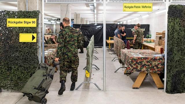 Armeeangehörige bei der Materialrückgabe.