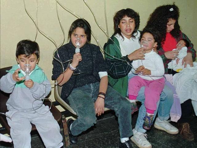 Kinder erhalten im Spital Sauerstoff.