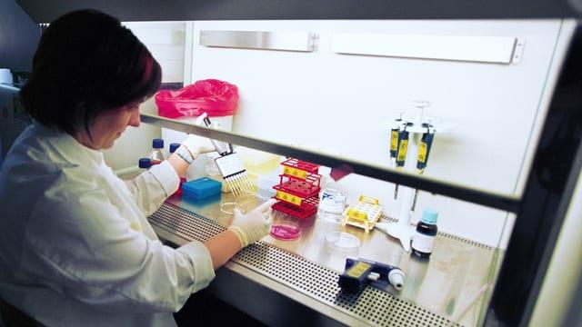 Eine Frau in einem Forschungslabor