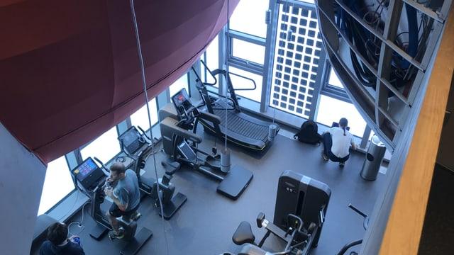 Blick von einem Balkon hinunter in einen Fitnessraum. Auch hier wird geforscht.