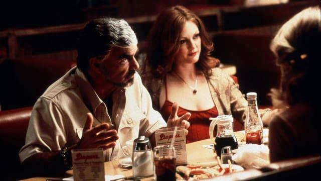 Szene aus «Boogie Nights»: Burt Reynolds und Julianne Moore sitzen an einem Restauranttisch.