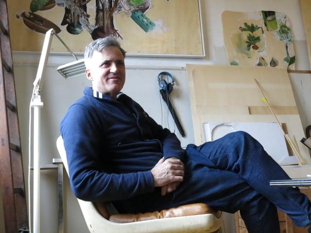 Der Maler Alex Güdel in der gemütlichen Ecke in seinem Atelier im Progr.
