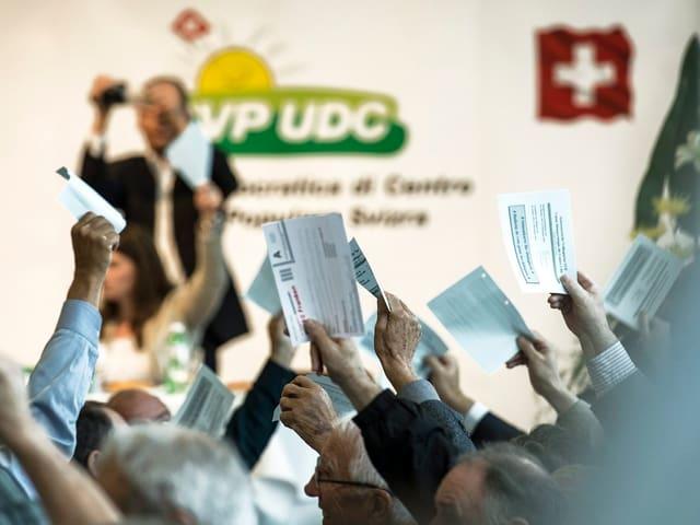 Die SVP-Delegierten stimmen ab.