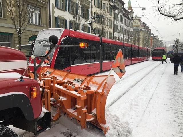 Schneeräummaschine und Tram in Bern