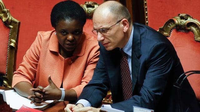 Kyenge und Letta besprechen sich im Parlament.