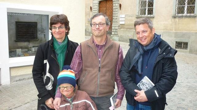 Leo Tuor cun sia dunna Christina (senester), siu figl e Claudio Spescha (dretg).