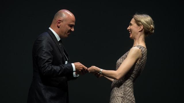 Cusseglier federal Alain Berset gratulescha a l'actura Ursina Lardi.