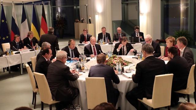 Merkel, Poroschenko, Hollande, Putin und Steinmeier debattieren über einen Friedensplan in der Ukraine.