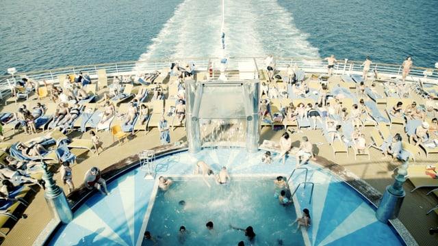 Der Pool eines Kreuzfahrtschiffs