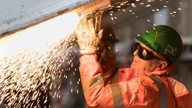 Bauarbeiter schweisst.
