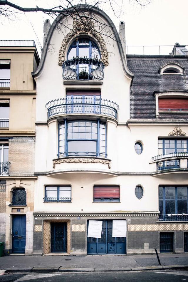Fassade eines weissen Hauses aus der Jahrhundertwende.