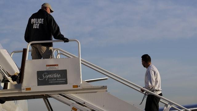 Ausschaffungsflüge gehen weiter. Mit jedem Deportierten steigt die Corona-Gefahr in der alten Heimat.
