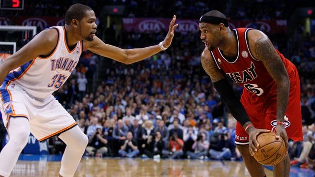 Miamis LeBron James (r.) im Duell mit Oklahomas Kevin Durant.