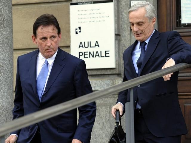 Holenweger und sein Anwalt beim Verlassen des Gerichts in Bellinzona