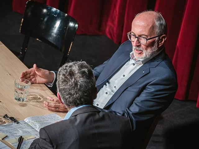 Unternehmer Willy Michel sitzt am Tisch und diskutiert mit Peter Brandenberger