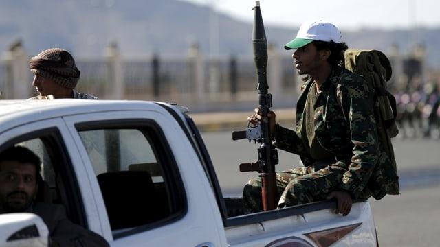 Huthi-Rebellen fahren auf einem Pickup
