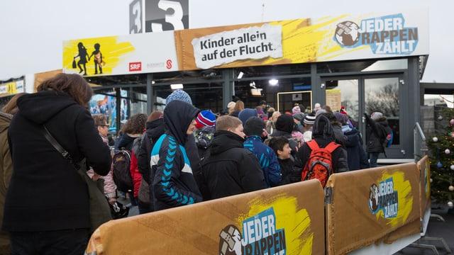 Leute vor dem JRZ-Container.