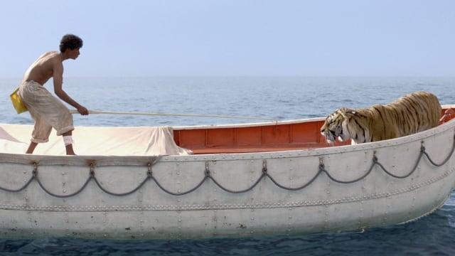 Ein junger Mann auf einem Boot mit einem Tiger.
