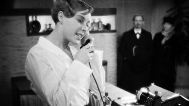 Ein schwarz-weiss Bild einer Frau, die telefoniert