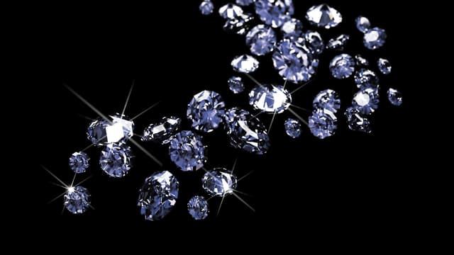 Funkelnde Diamanten vor schwarzem Hintergrund.