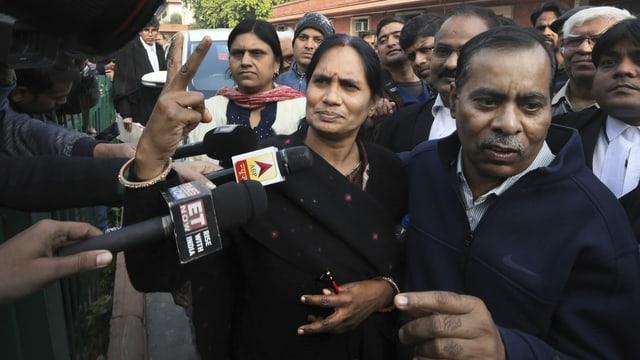 Asha Devi, die Mutter des Vergewaltigungsopfers, in einer Menschenmenge.