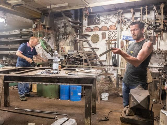Zwei Männer arbeiten in einer Werkstatt