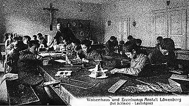 Schwarzweiss-Bild eines Schulzimmers voller Kinder