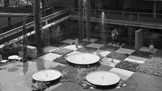 Garten mit Schachbrettmuster und Springbrunnen