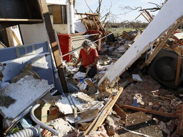 Ein Mann sucht in seinem zerstörten Haus in Moore nach brauchbaren Überresten. (reuters)