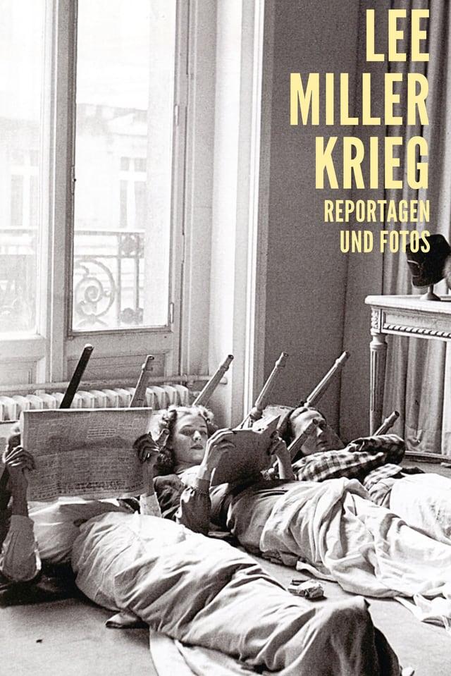 Buchcover mit drei Frauen, die nebeneinander am Boden liegen und lesen.