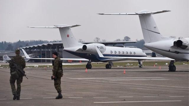 Zwei Jets hinter zwei Soldaten.