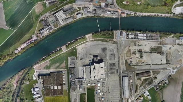 Luftbild eines Industrieareals mit Fluss.