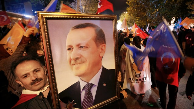 Anhänger der islamisch-konservativen AKP feiern Präsident Erdogan.