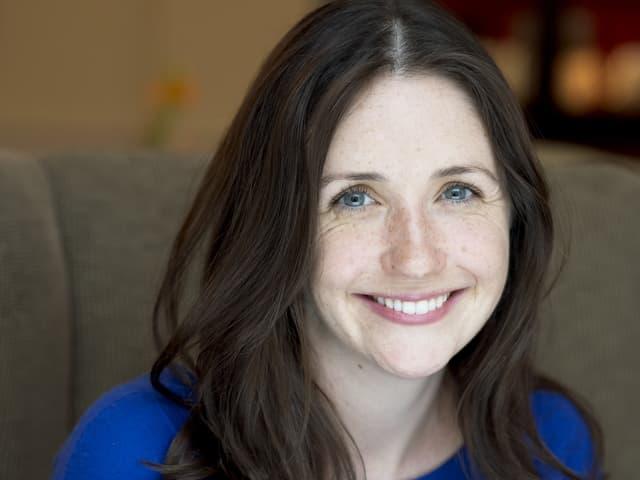Man sieht ein Porträt der Autorin J. Courtney Sullivan.