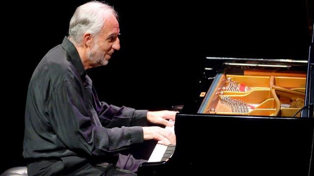 Jacques Loussiert spielt Klavier.