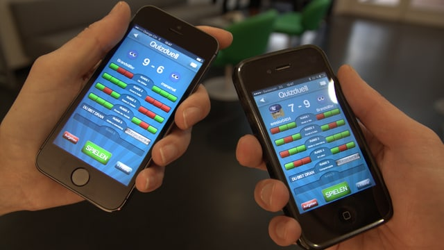 Zwei Smartphones, auf denen das Spiel Quizduell läuft.