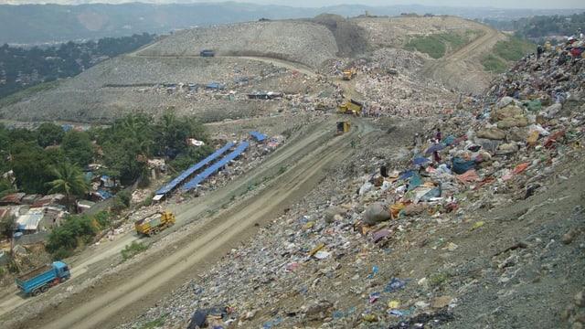 Der Abfallberg Payatas in seiner gesamten Dimension, gleicht eine Hügelzug.