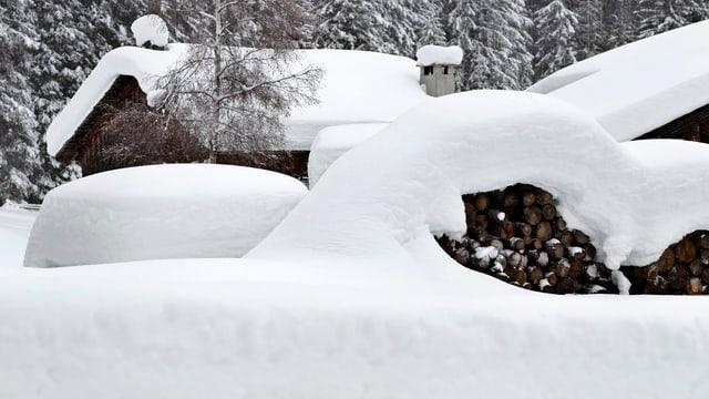 Das Foto zeigt eine tief eingeschneite Liegenschaft in Davos am 4. Januar 2012.