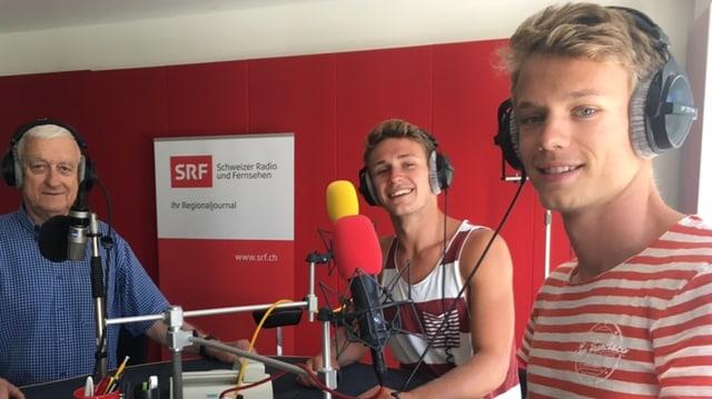 Die beiden Beach-Volleyballer und der Interviewer lachend im Studio