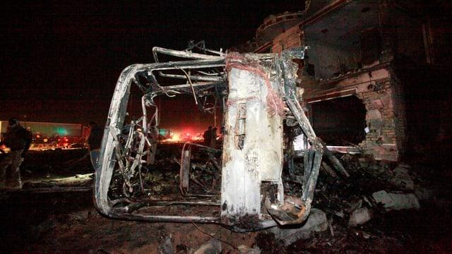 Ein ausgebrannter Bus.