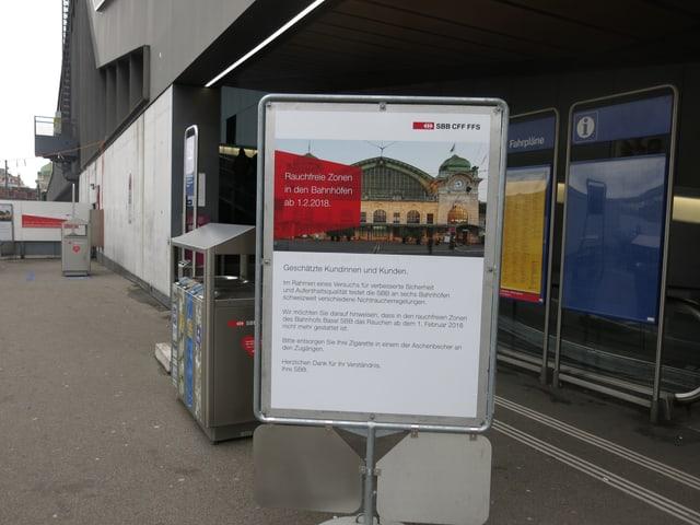 Ein Plakat beim Eingang zum Bahnhof mit dem Hinweis auf das Rauchverbot.