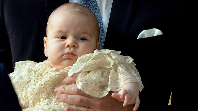 Baby George wird nach seiner Taufe getragen.
