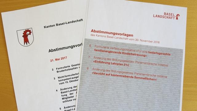Das Titelblatt des neuen Abstimmungsbüchlein liegt über dem Titelblatt des alten Büchlein.