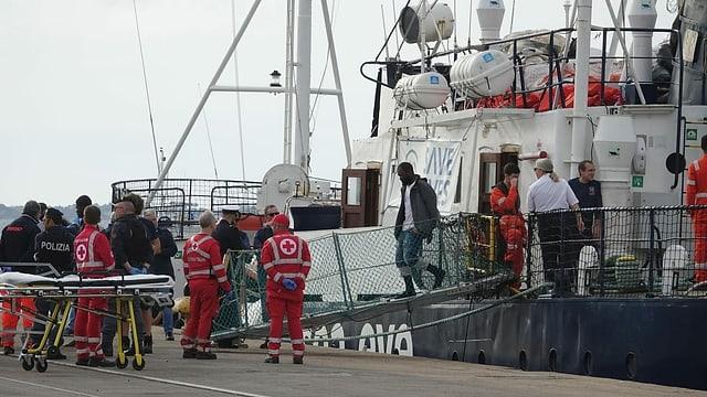 Migranten gehen von Bord der «Alan Kurdi»