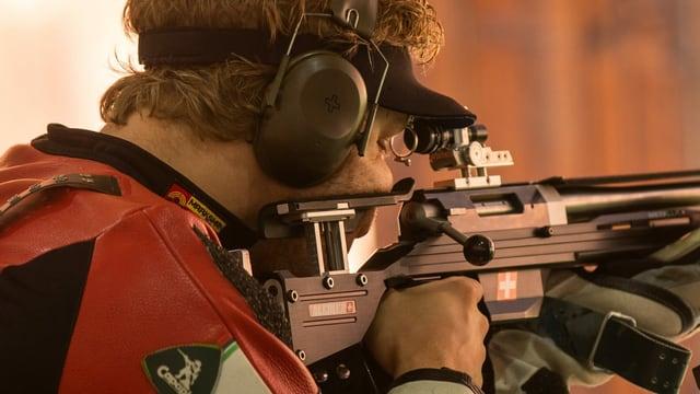 Sportschütze Jan Lochbihler mit Gewehr im Anschlag